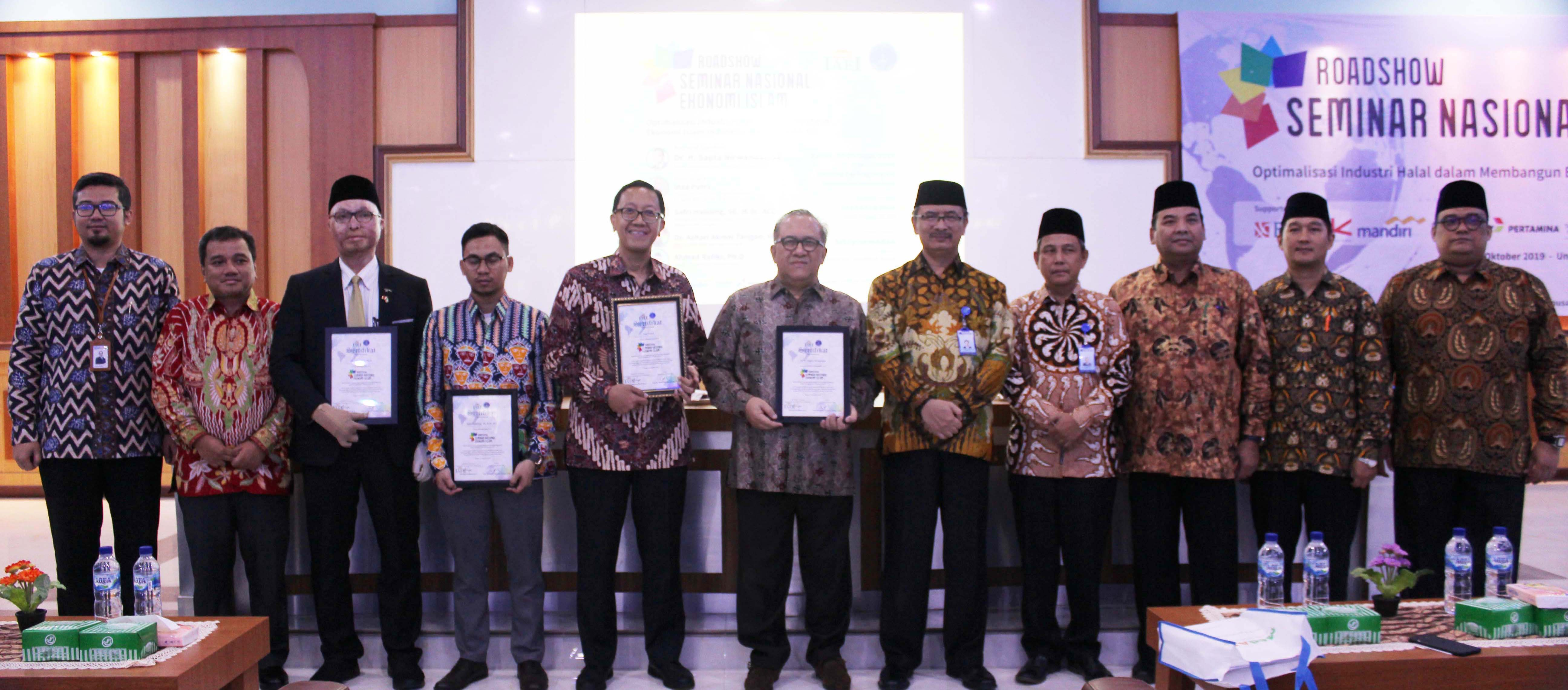 foto-bersama-delegasi-iaei-dengan-rektor-uma.jpg