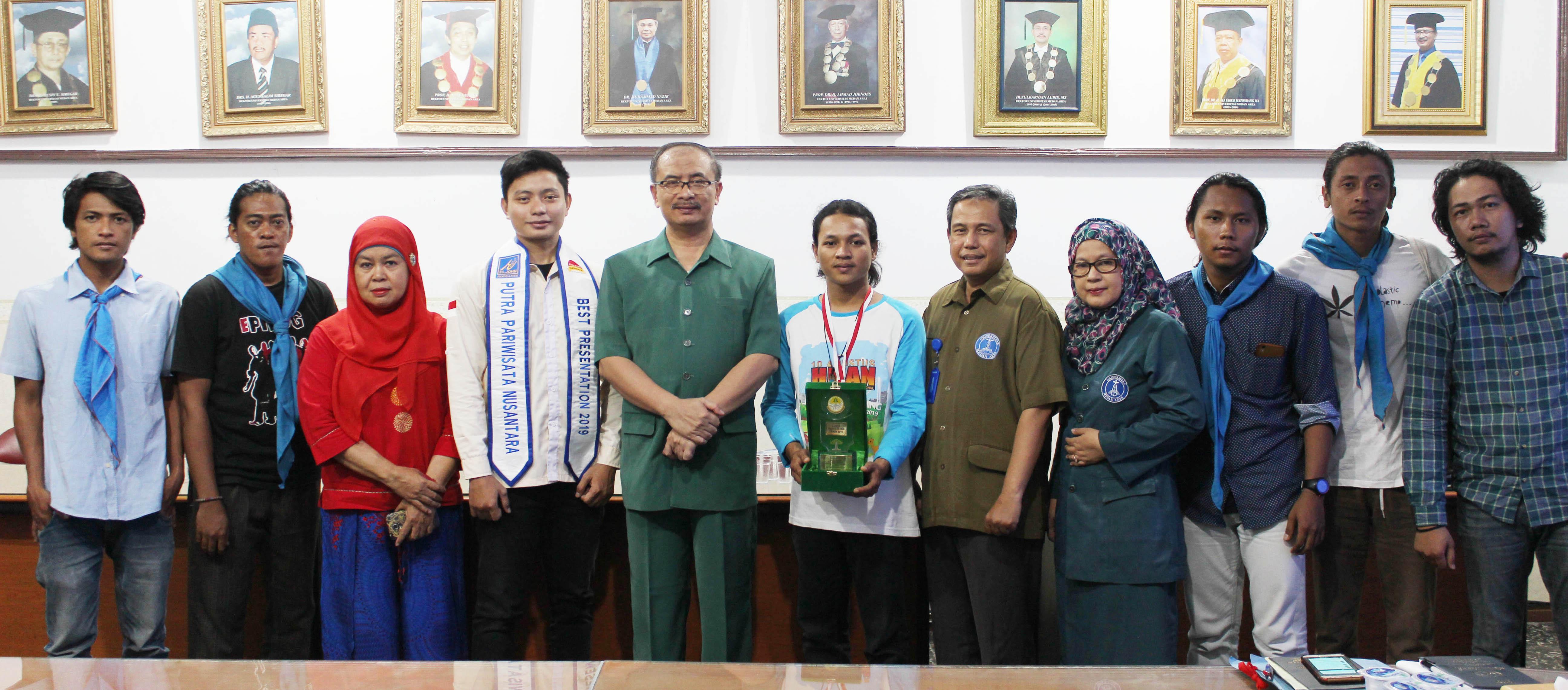 foto-bersama-mahasiswa-uma-berprestasi-diruang-rapat-rektor.JPG