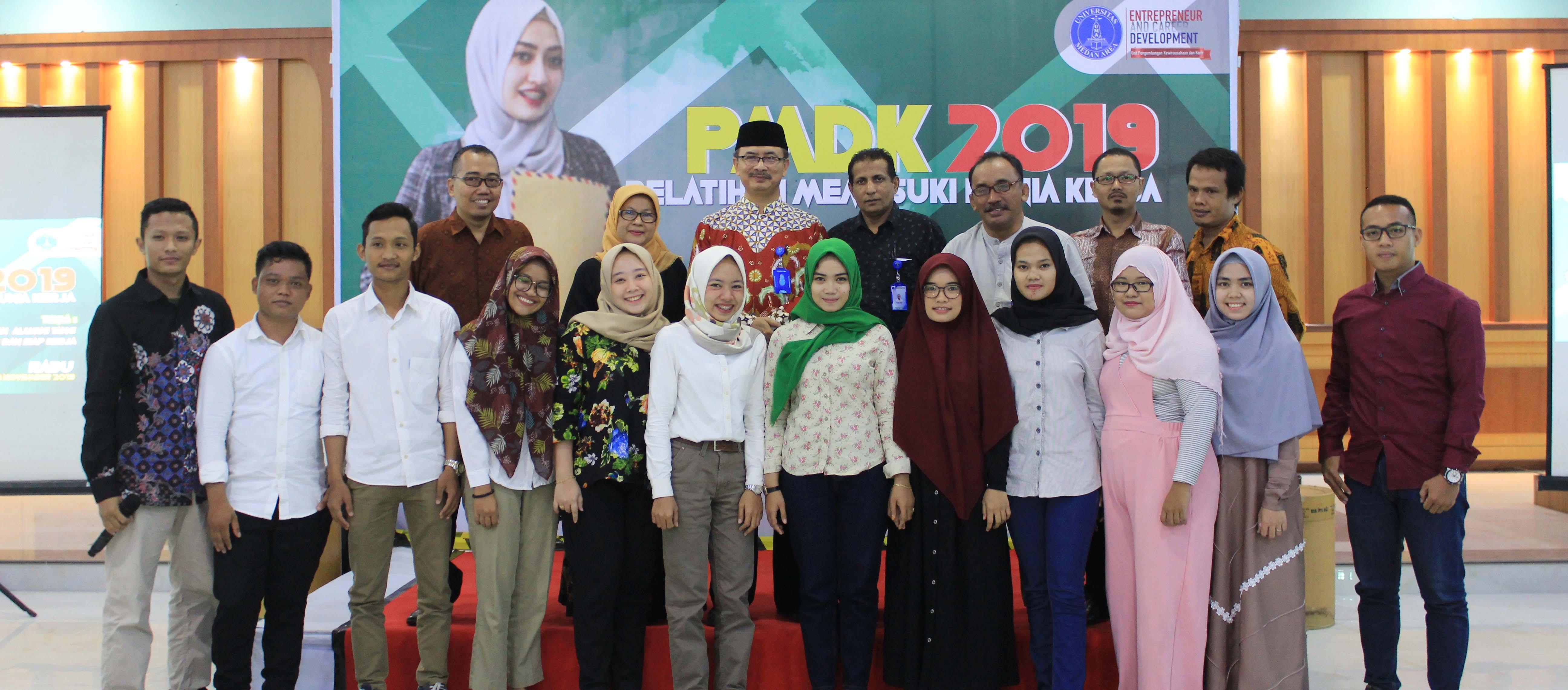 foto-bersama-pmdk-2019-dengan-rektor-uma.jpg