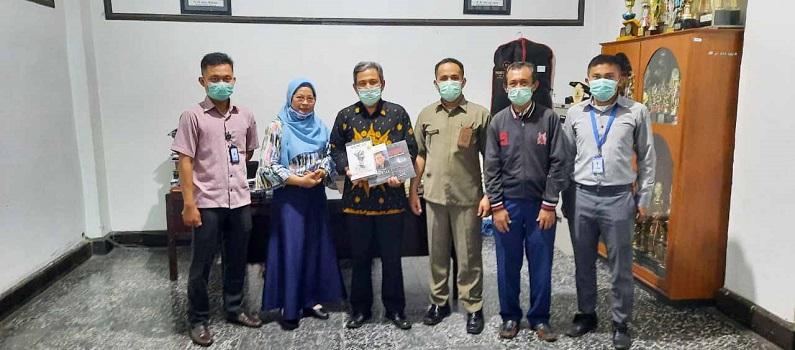 universitas-medan-area-menerima-150-buku-dari-dank-indonesia.jpg